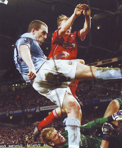 liverpool home 2007 to 08 dunne clears2