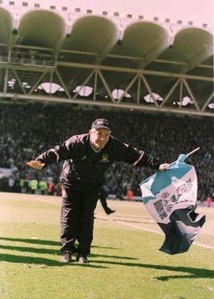 Barnsley home 2001 to 02 keegan with flag