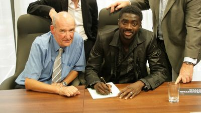toure signs 29072009