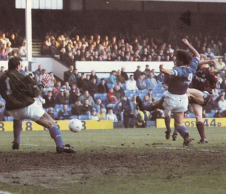 everton away 1990 to 91 action