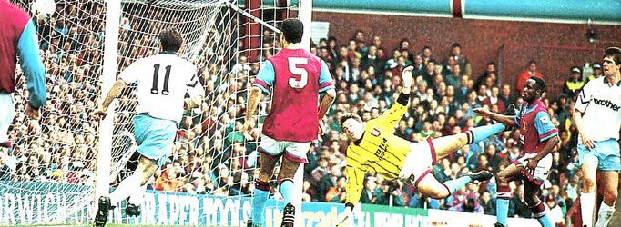 aston villa away 1992 to 93 quinn goal2