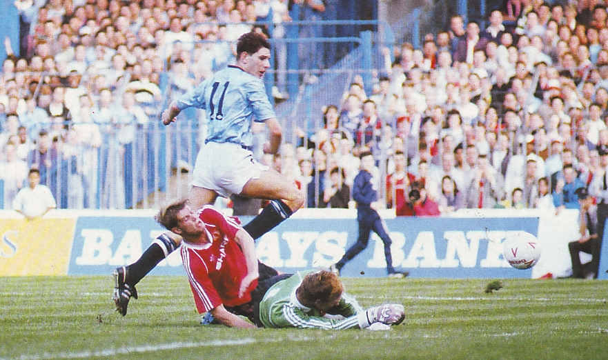 man utd home 1989 to 90 lake sets up oldfield 2nd goal