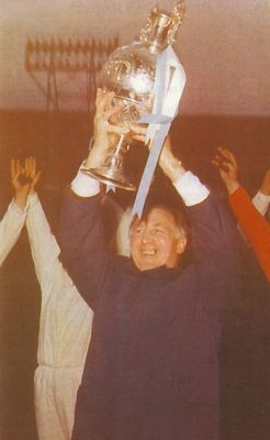1967-68 joe mercer with league trophya
