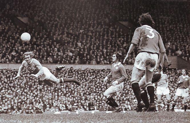man utd away 1972 to 73 action