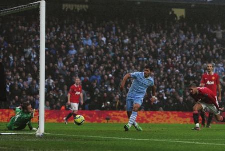man utd home fa cup 2011 to 12 aguero goal2